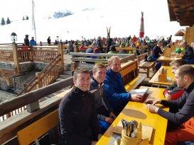 Grasenhiller-Team beim Skifahren