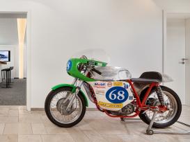 Motorrad und Inneneinrichtung bei Arzt-Reisen