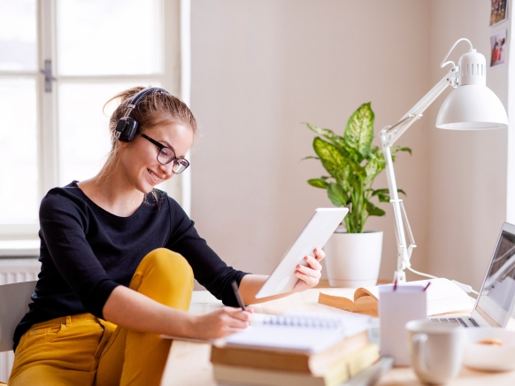 Frau sitzt vor Notebook