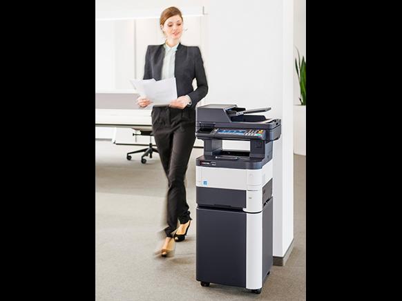 Person arbeitet mit einem Drucker