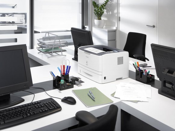 Personen arbeiten mit einem Drucker