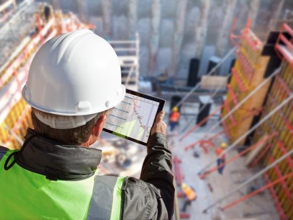 Bauarbeiter mit Tablet