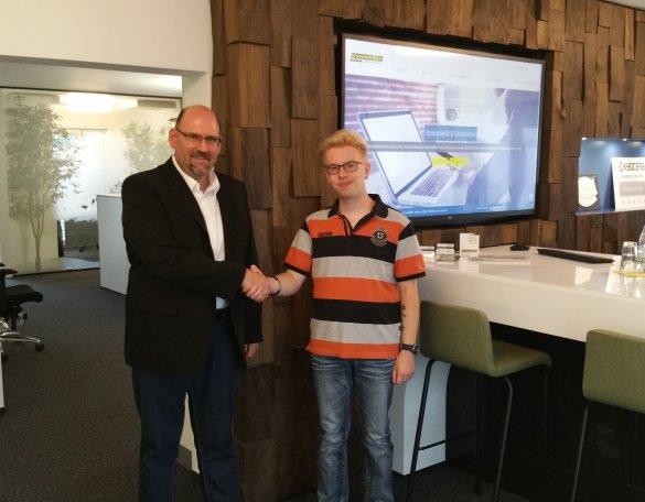 Der Niederlassungsleiter Michael Gilch mit dem neuen Azubi in Marktredwitz.