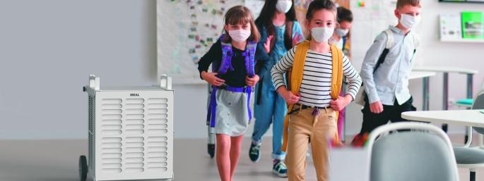Kinder auf dem Weg in das Klassenzimmer