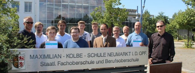 Schüler und Lehrer der Maximilian Kolbe Schule Neumarkt und Mitarbeiter der Grasenhiller GmbH