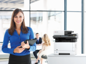 Frau mit Drucker
