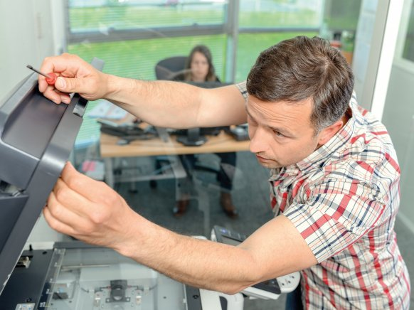Techniker repariert Kopierer